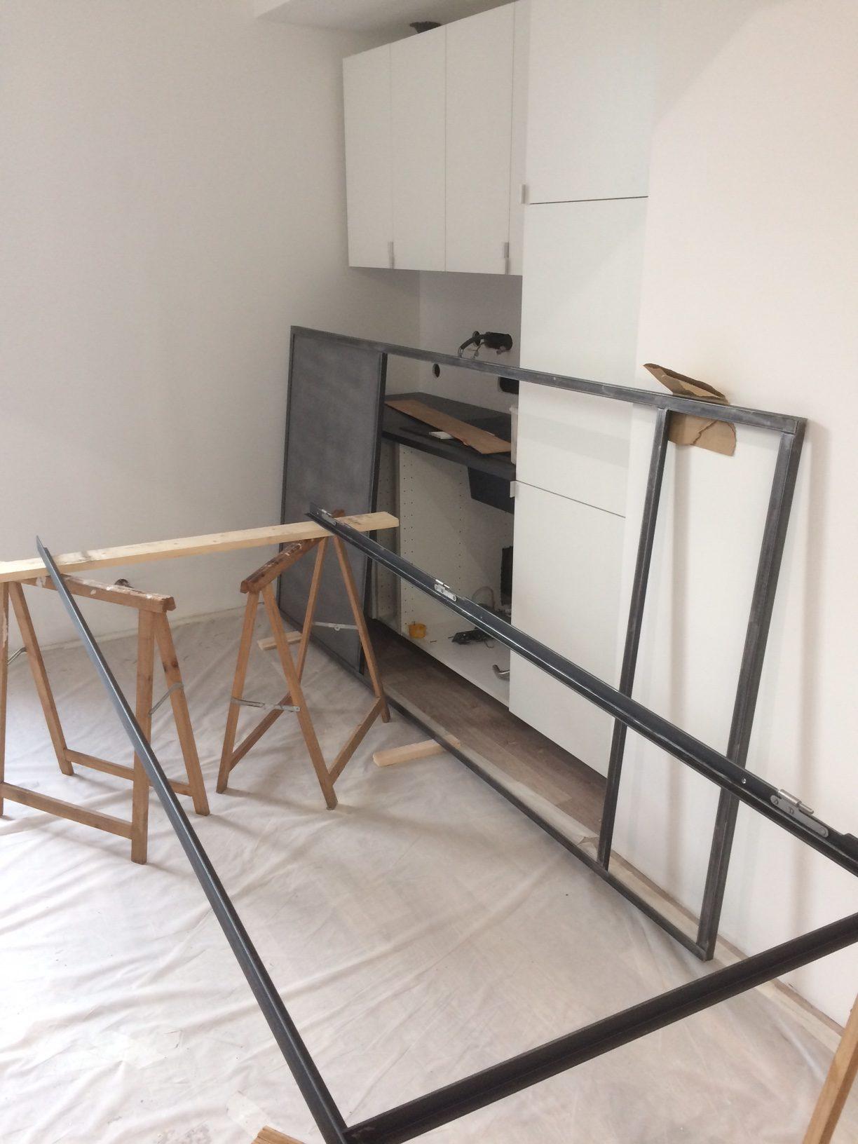 """Réalisation d'une cloison de séparation type """"verrière indus"""" pour séparer l'open-space de la cuisine/salle de réunion"""